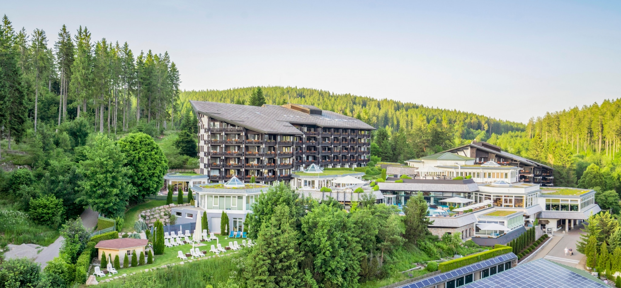 Außenansicht Hotel Vier Jahreszeiten am Schluchsee im Sommer