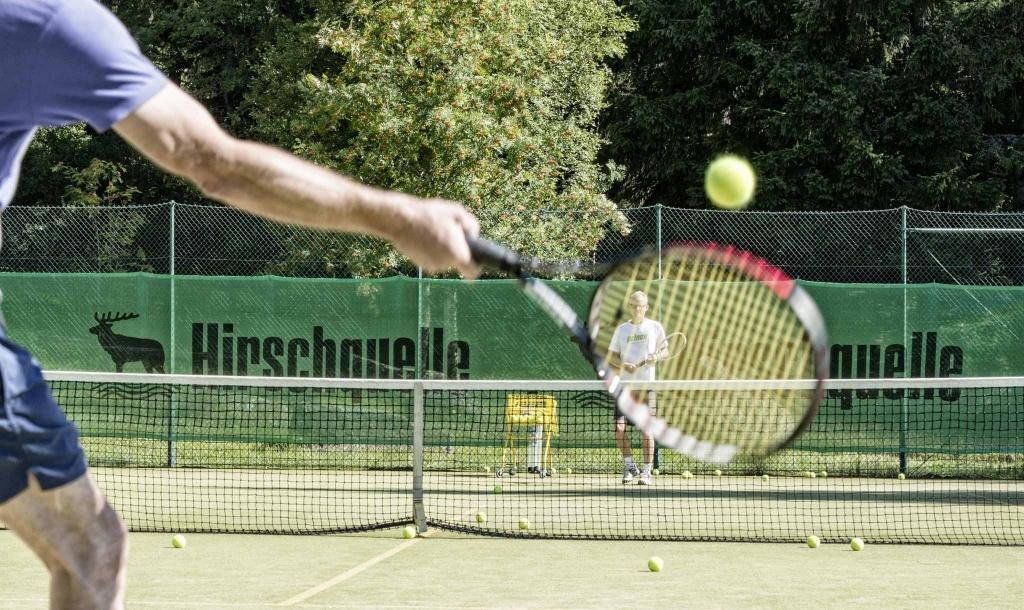 Tennismatch auf dem Außenplatz im Vier Jahreszeiten am Schluchsee