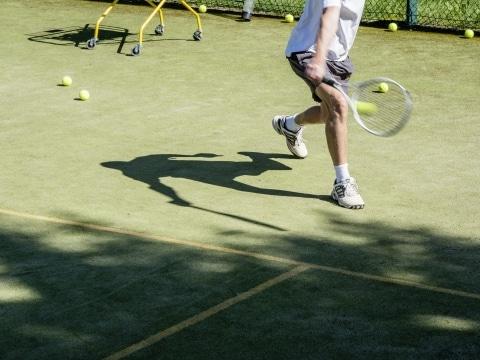 Tennisspieler im Sommer im Vier Jahreszeiten am Schluchsee