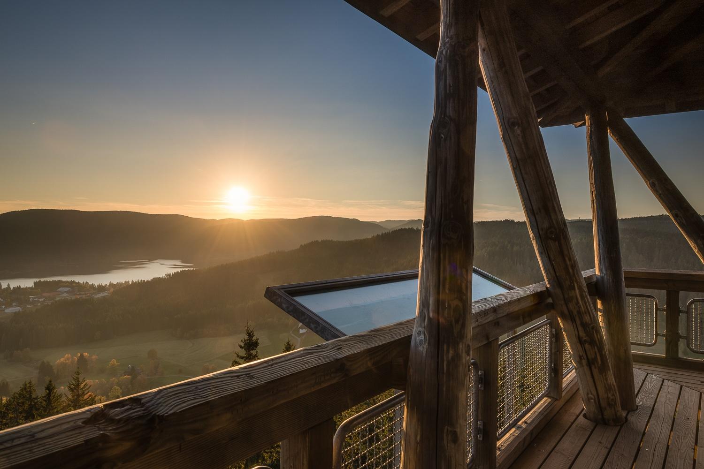 Ausblick vom Hochfirstturm auf den Schluchsee bei untergehender Sonne