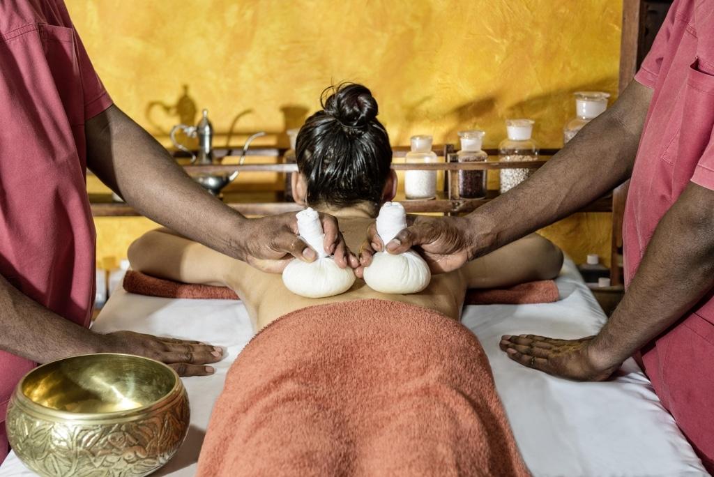 Synchronmassage mit Stempeln im Vier Jahreszeiten am Schluchsee Ayurveda-Zentrum