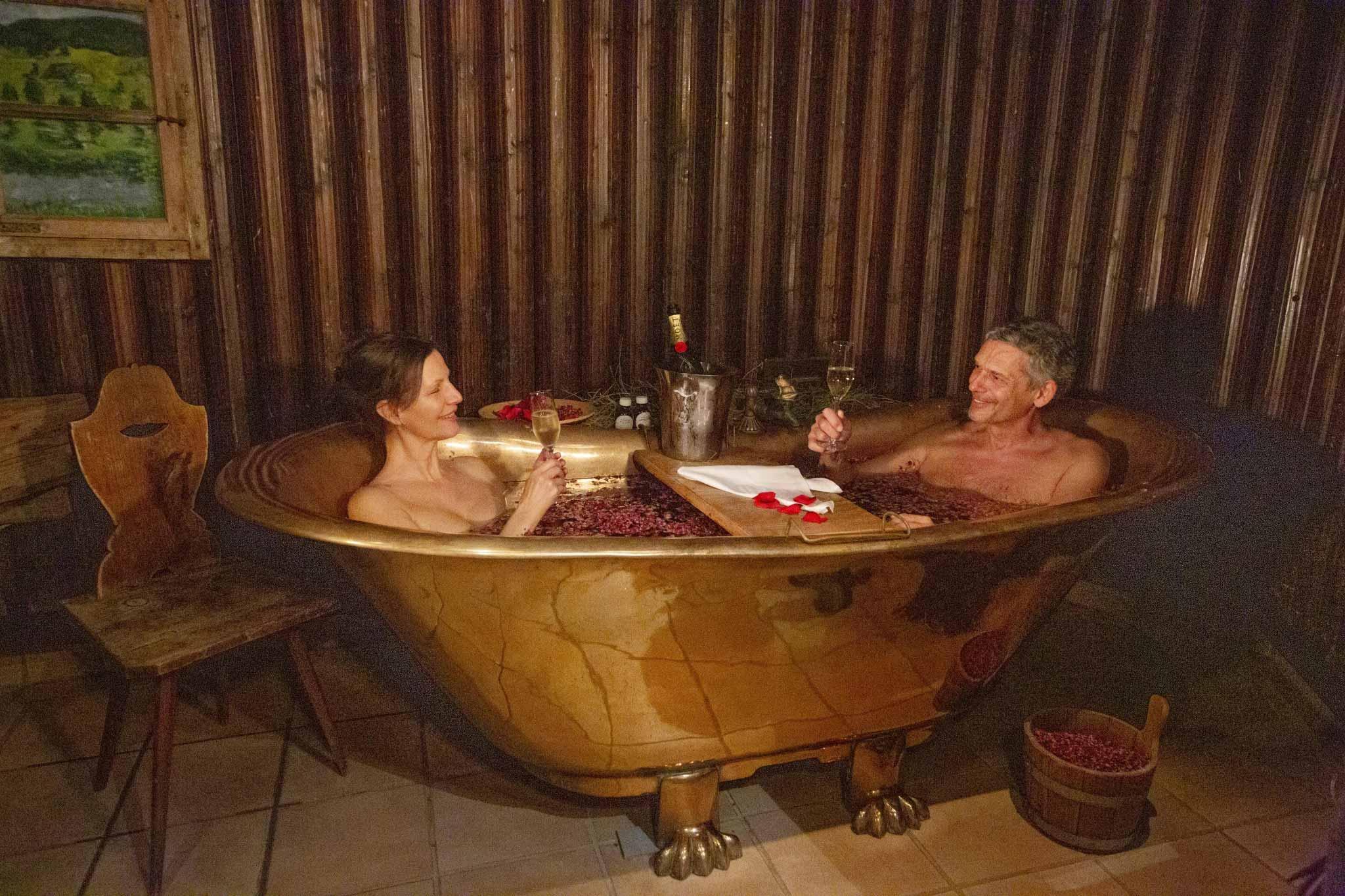 Paar bei Wellness-Ritual im Vier Jahreszeiten am Schluchsee