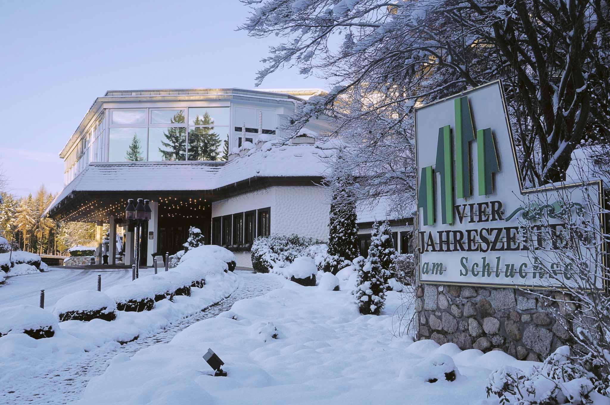Eingang des Vier Jahreszeiten im Schnee