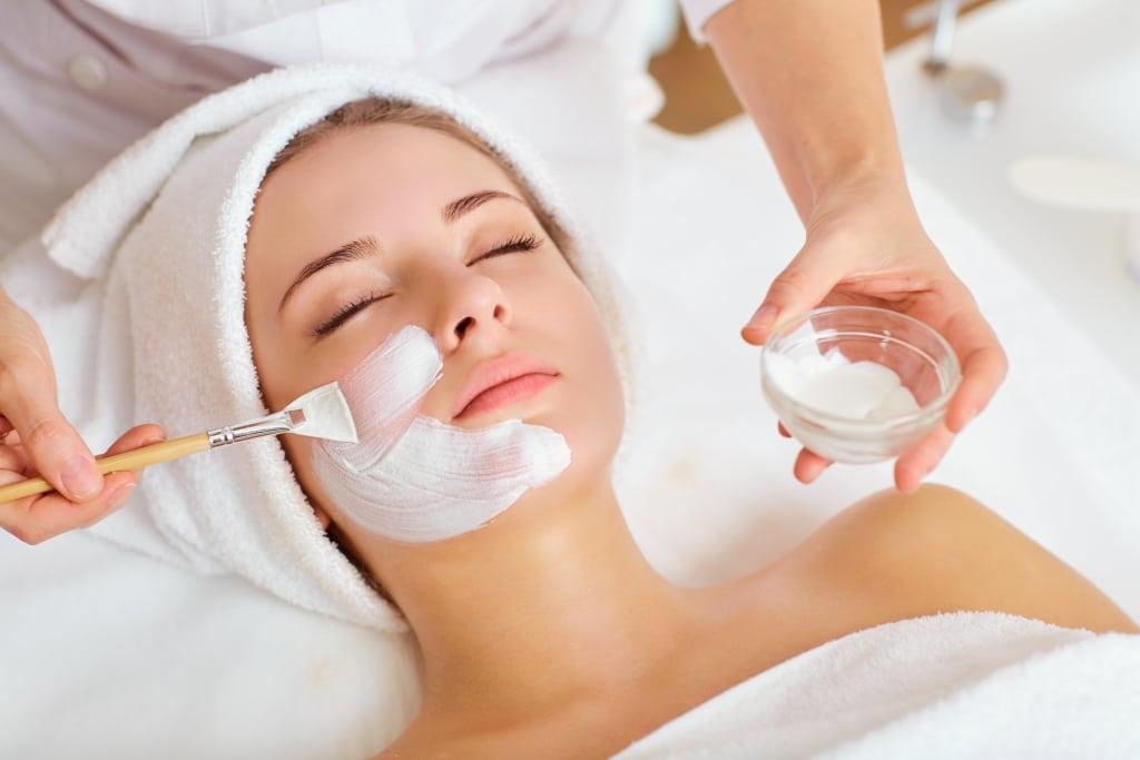 Junge Frau erhält eine Gesichtsmaske