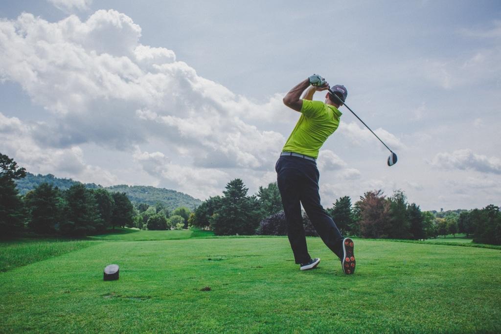 Golfer beim Abschlag auf dem Golfplatz
