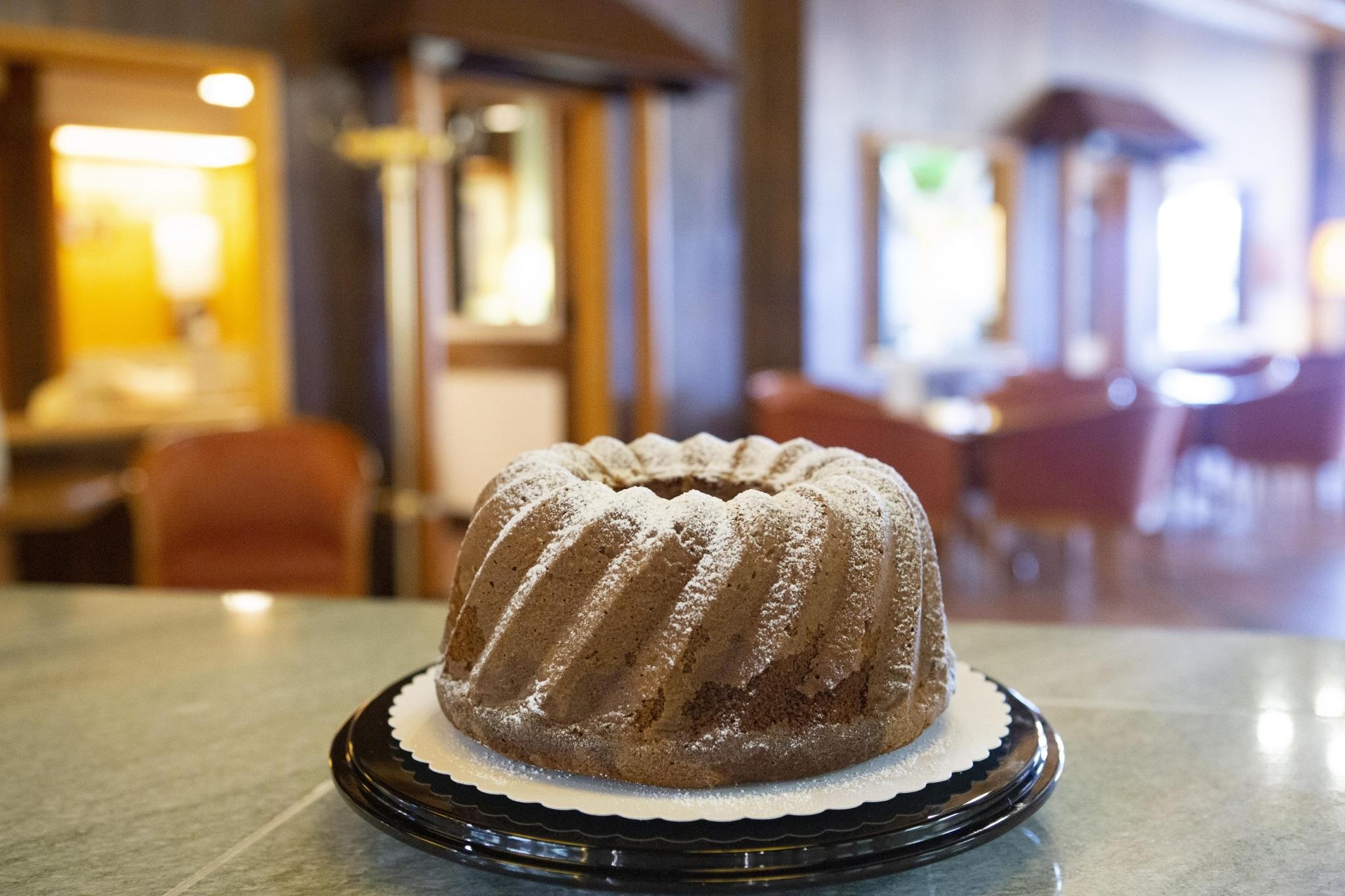 Gugelhupf Detailaufnahme vor dem Hintergrund des Cafes