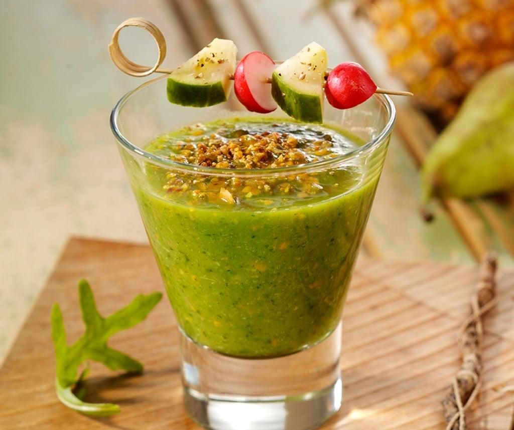 Grüner Smoothie mit Gemüsestick