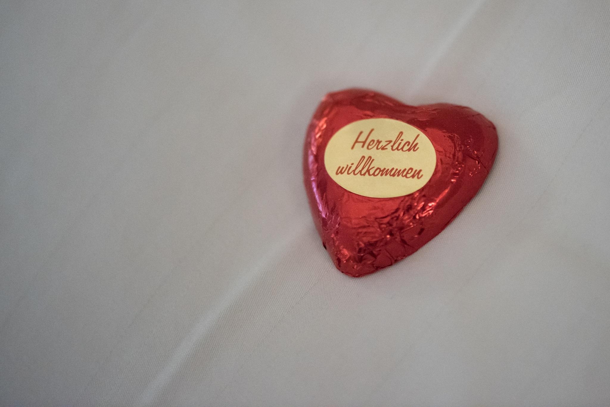 """Schokoladenherz mit Aufschrift """"Herzlich Willkommen"""" im Vier Jahreszeiten am Schluchsee"""