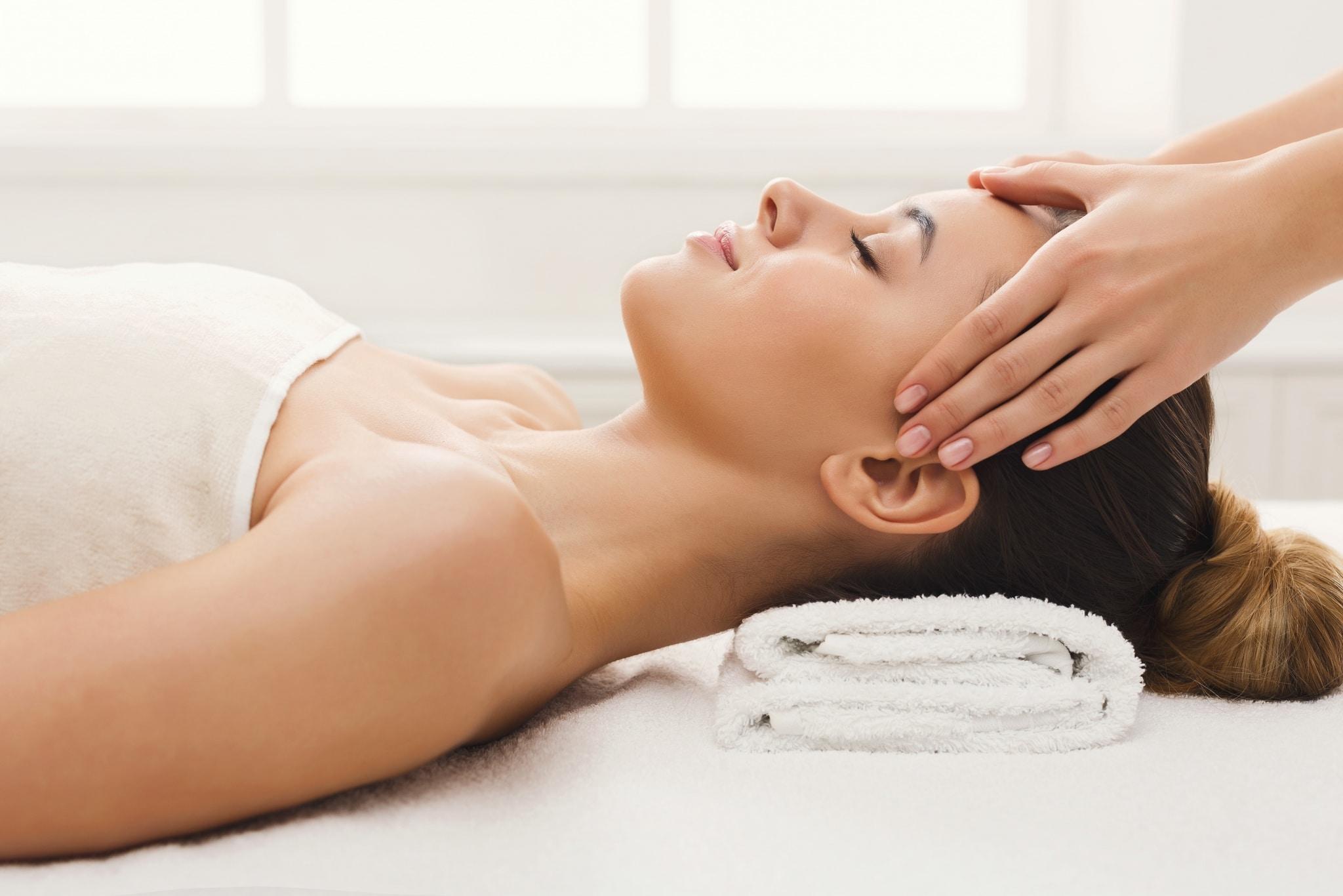 Profilfoto einer Kopfmassage bei einer Frau