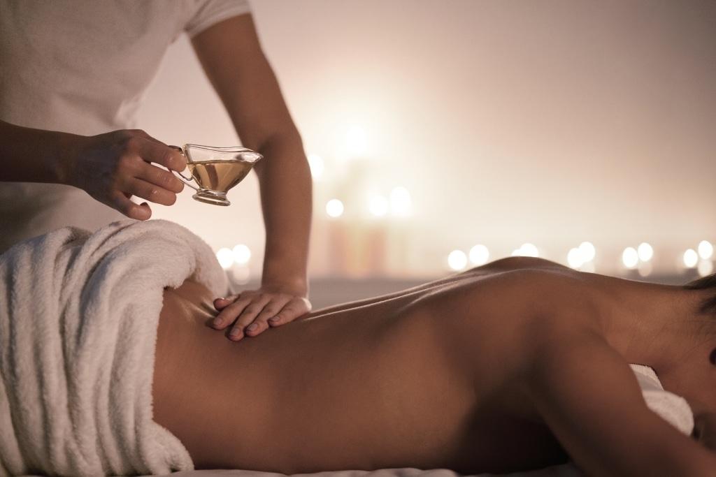 Frau genießt Rückenmassage mtit Öl