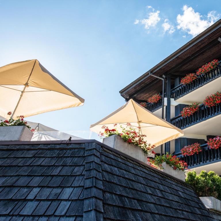 Sonnenschirme auf der Terrasse des Vier Jahreszeiten am Schluchsee