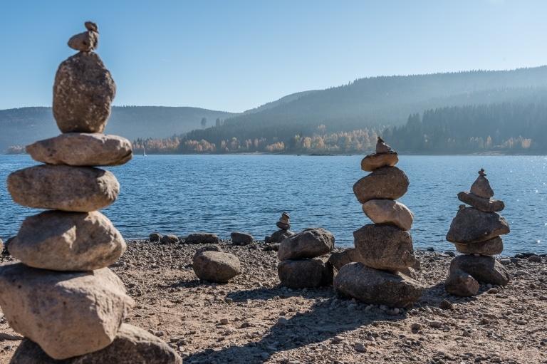 Gestapelte Steine am Schluchsee