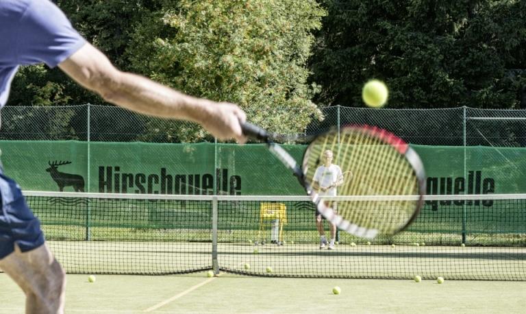 Tennismatch zweier Spieler auf Aussenplatz - Vier Jahreszeiten am Schluchsee