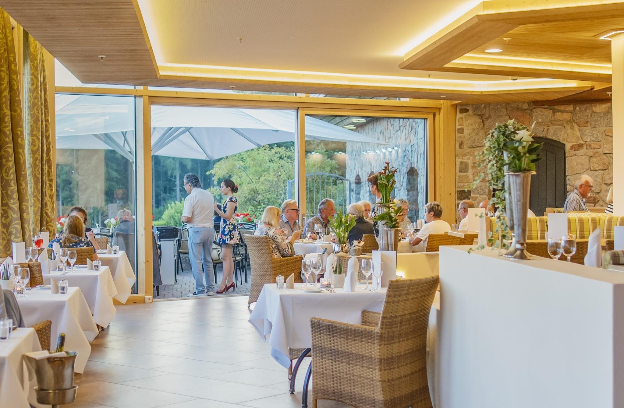 Restaurantbereich im Vier Jahreszeiten am Schluchsee mit Terrasse