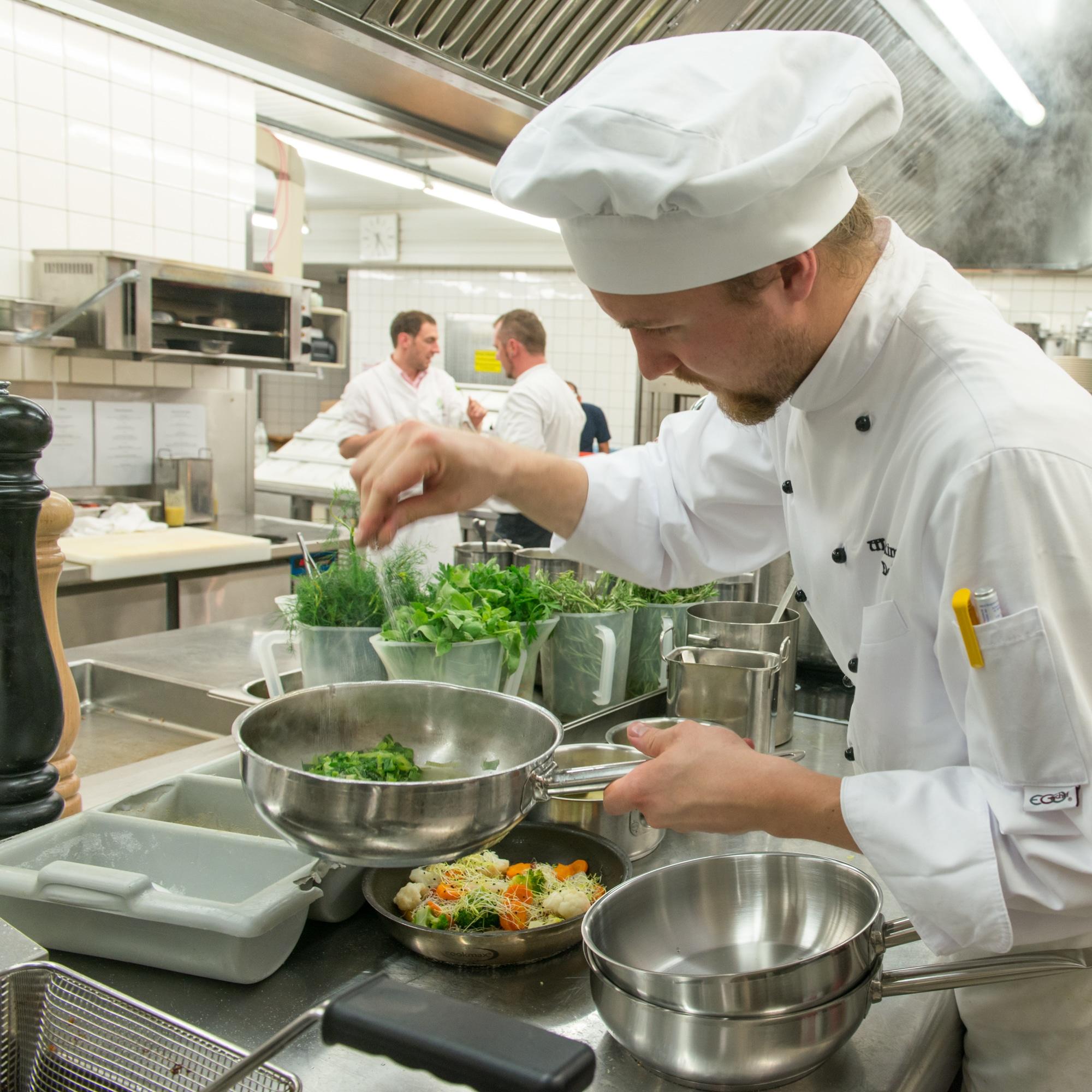 Koch beim Zubereiten in der Küche