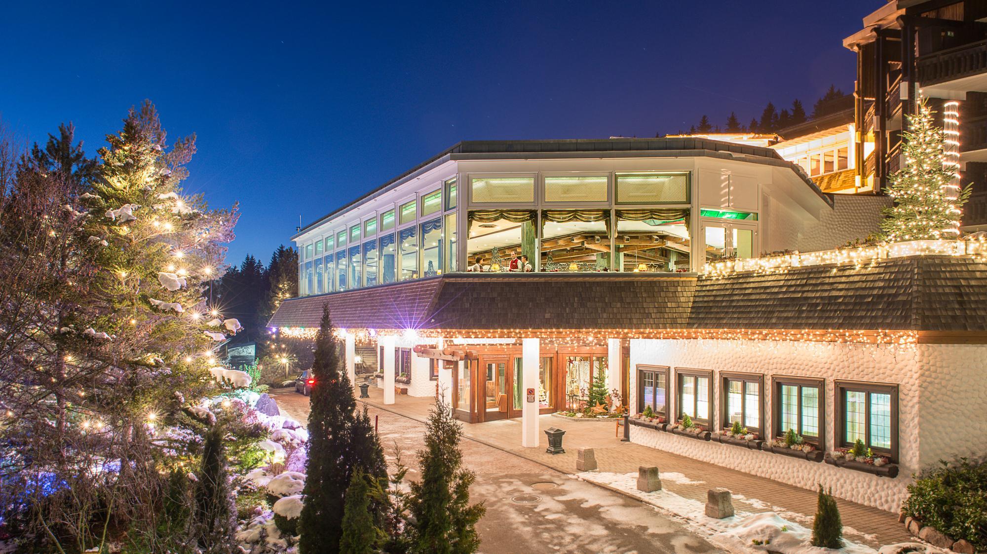 Hoteleingang Vier Jahreszeiten am Schluchsee im Winter