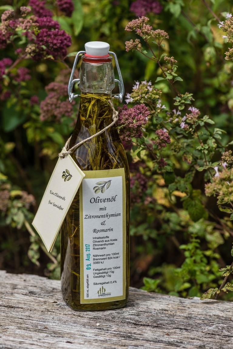 Olivenöl mit Kräutern in einer Bügelflasche