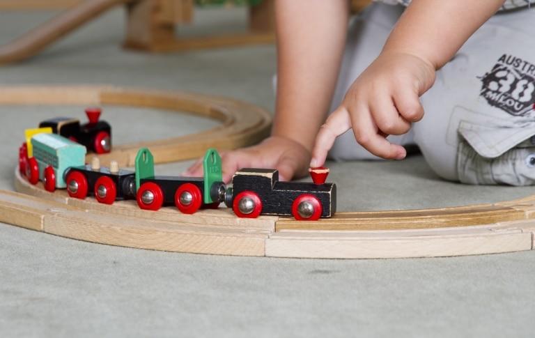 Kind mit Holzeisenbahn im Spatzenclub des Vier Jahreszeiten am Schluchsee