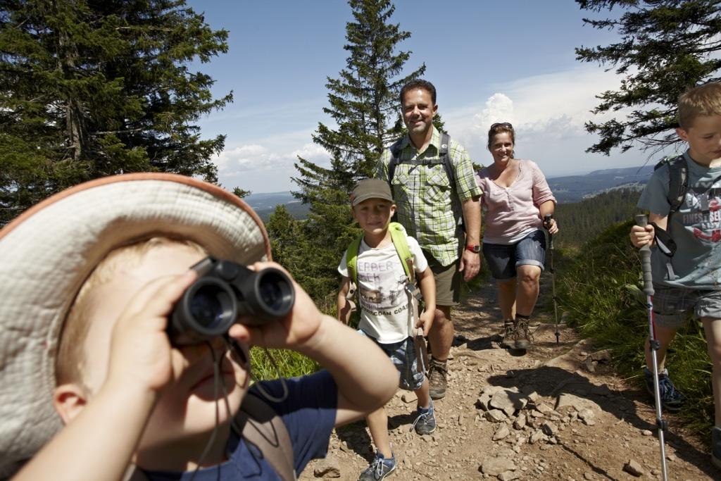 Familie wandert auf Felsen am Feldberg