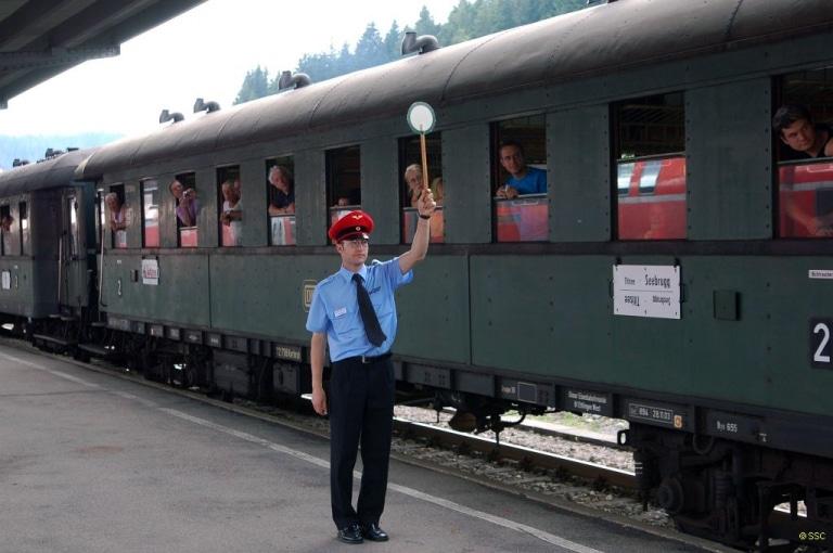 Schaffner am Zug