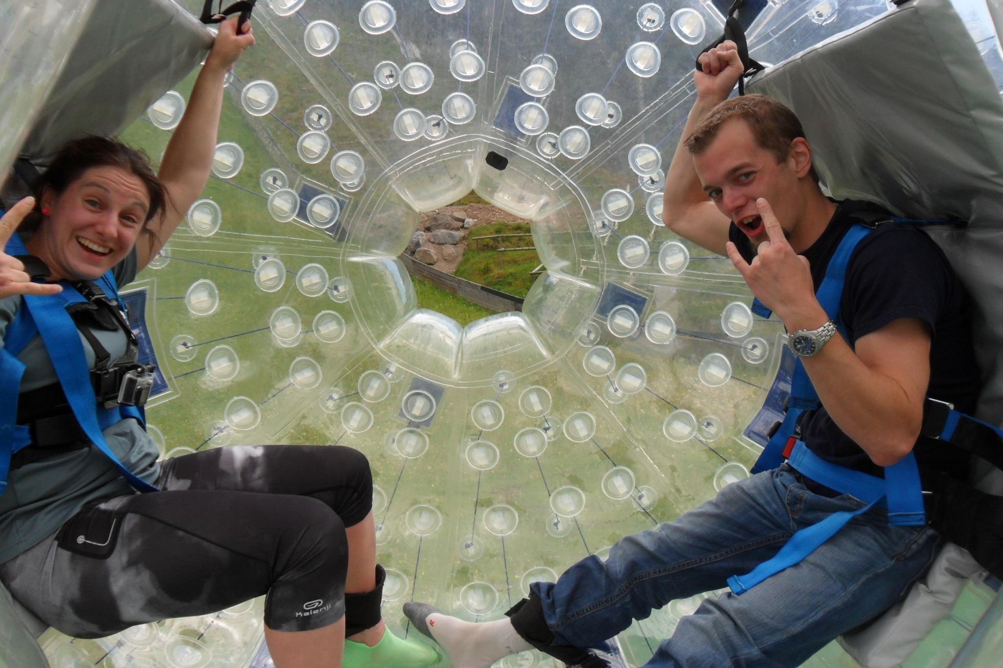 Frau und Mann in Zorbing Ball
