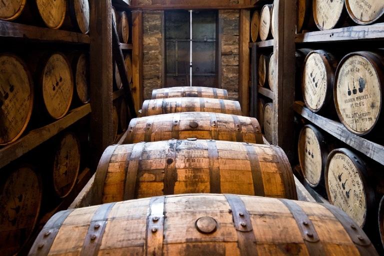 Whiskyfässer in einer Brennerei