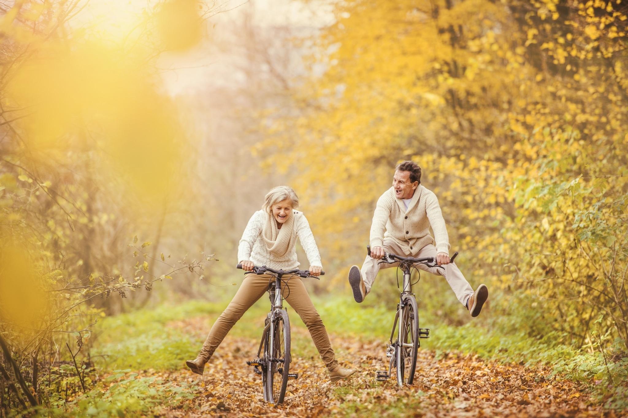 Älteres Paar lachend auf Räderm