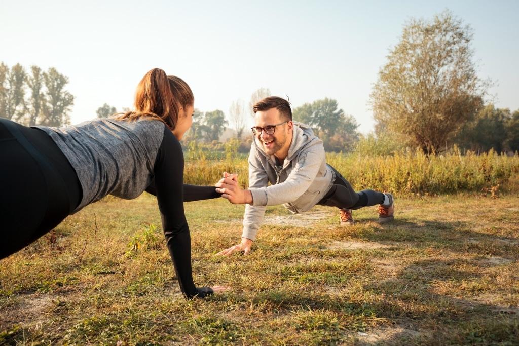 Frau und Mann beim Fitnesstraining im Wald