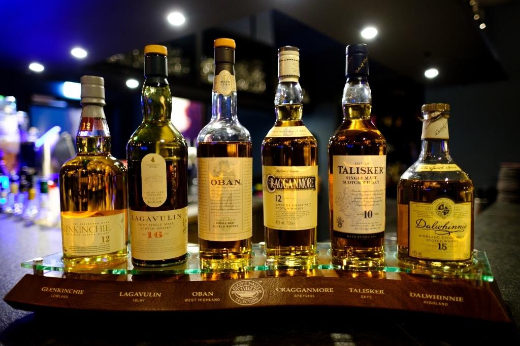 Verschiedene gefüllte Whiskeyflaschen stehen auf einer Bartheke