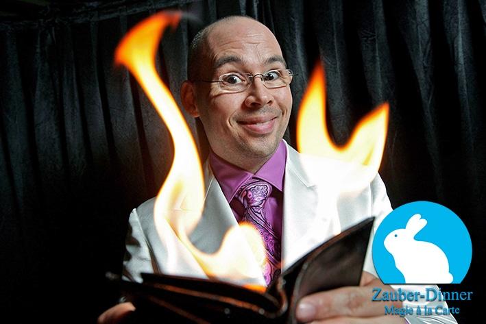 Zauberer hält brennende Geldbörse in den Händen