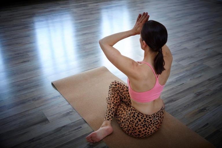 Frau in bunter Yoga-Kleidung beim Yoga im Hotel Vier Jahreszeiten