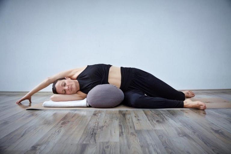 Ausführung einer Yoga-Übung im Hotel Vier Jahreszeiten