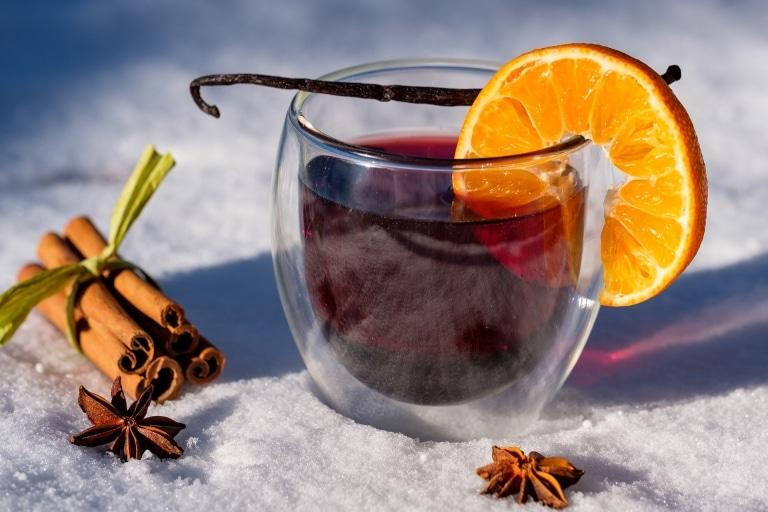 Winterlicher Punsch mit Zimt und Orange im Schnee