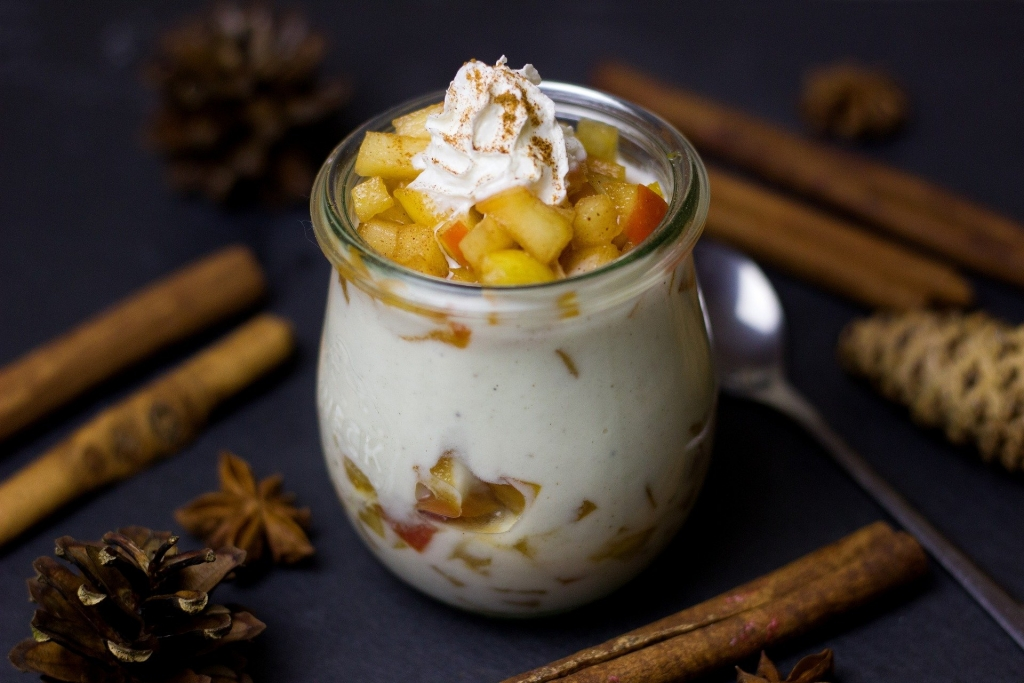 Winterliches Dessert mit Zimt und Bratapfel