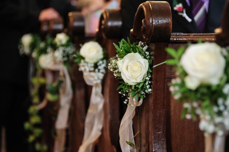 Kirchenbänke mit Blumenschmuck