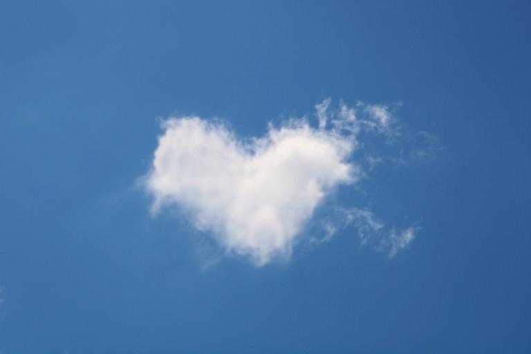 Weisse Wolke in Form eines Herz