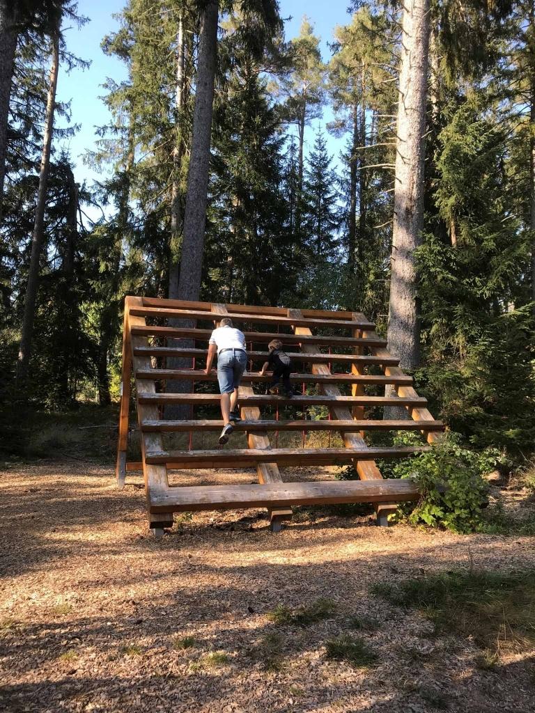 Schlühüwanapark Personen klettern große Leiter hoch