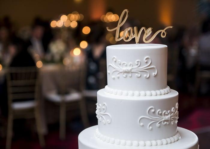 """Hochzeitstorte mit """"Love""""-Schriftzug"""