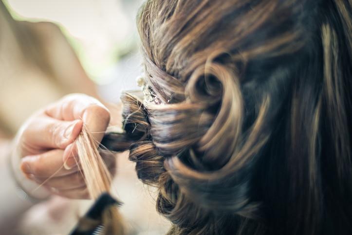 Braut beim Friseur / Hochzeitsfrisur