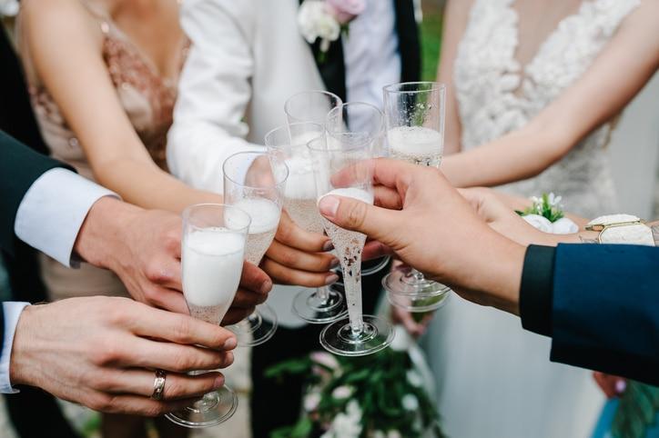 Anstoßen mit Brautpaar