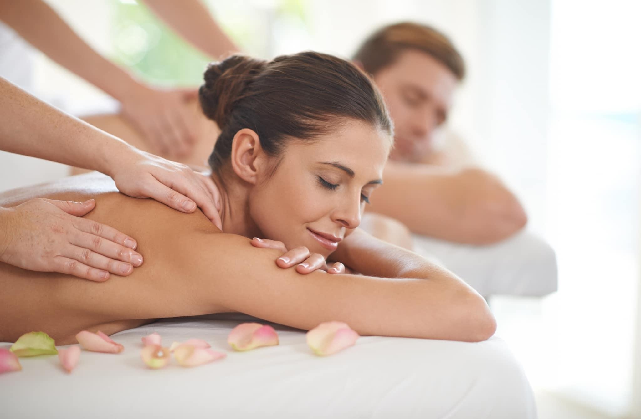 Partnermassage im Spa - hier Rückenmassage
