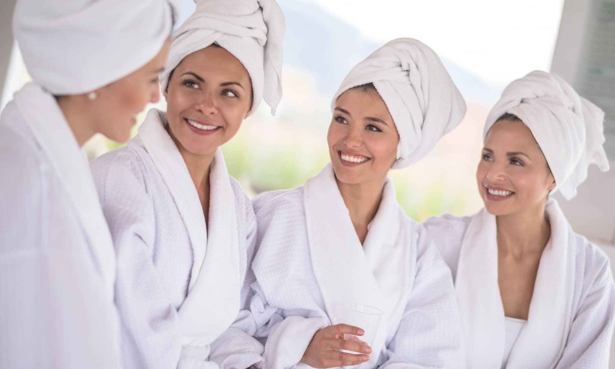 Freundinnen im Bademantel im Spa