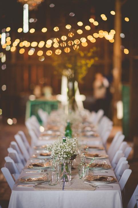 Hochzeitstafel in einer rustikalen Scheune