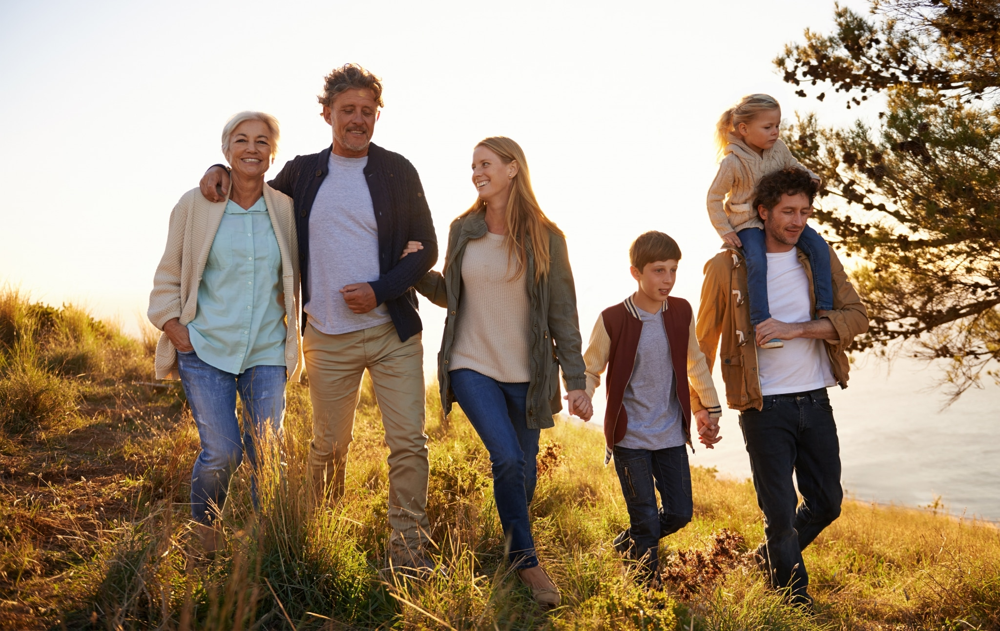 Großeltern, Eltern und Kinder gehen zusammen spazieren