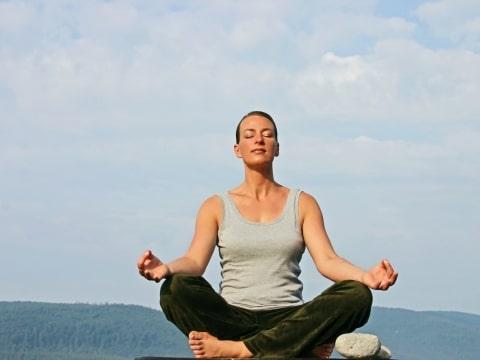 Frau in sítzender Yogahaltung