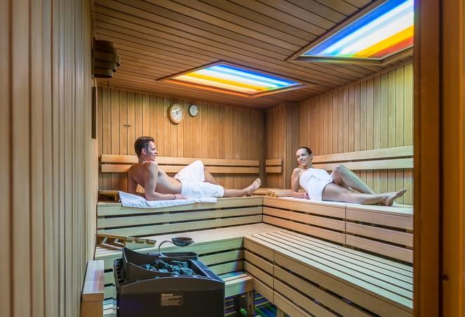 Mann und Frau in Sauna