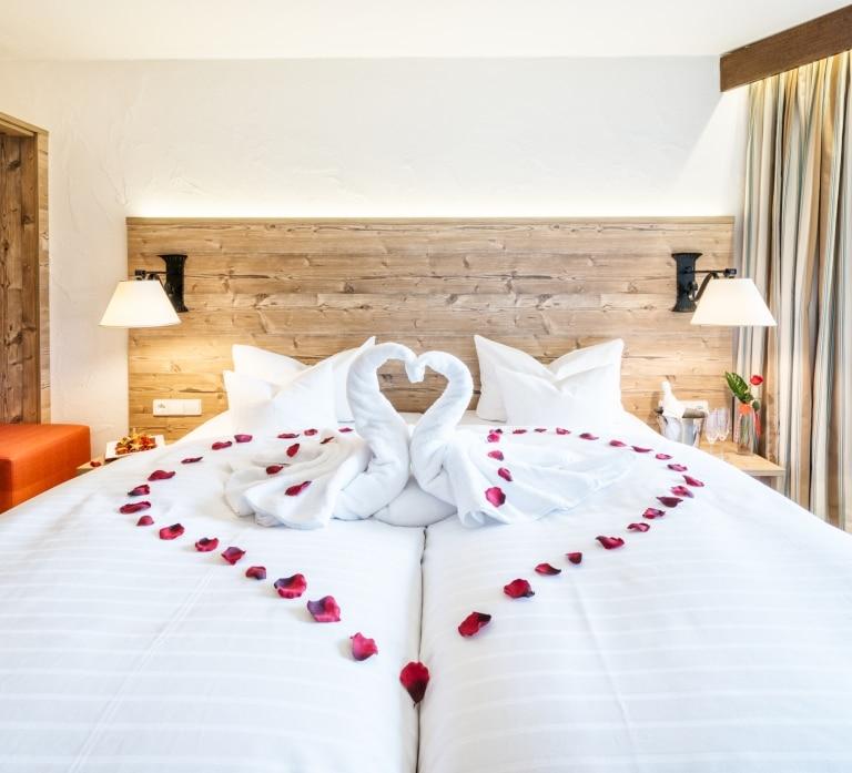Doppelbett mit Herz aus Rosenblüten