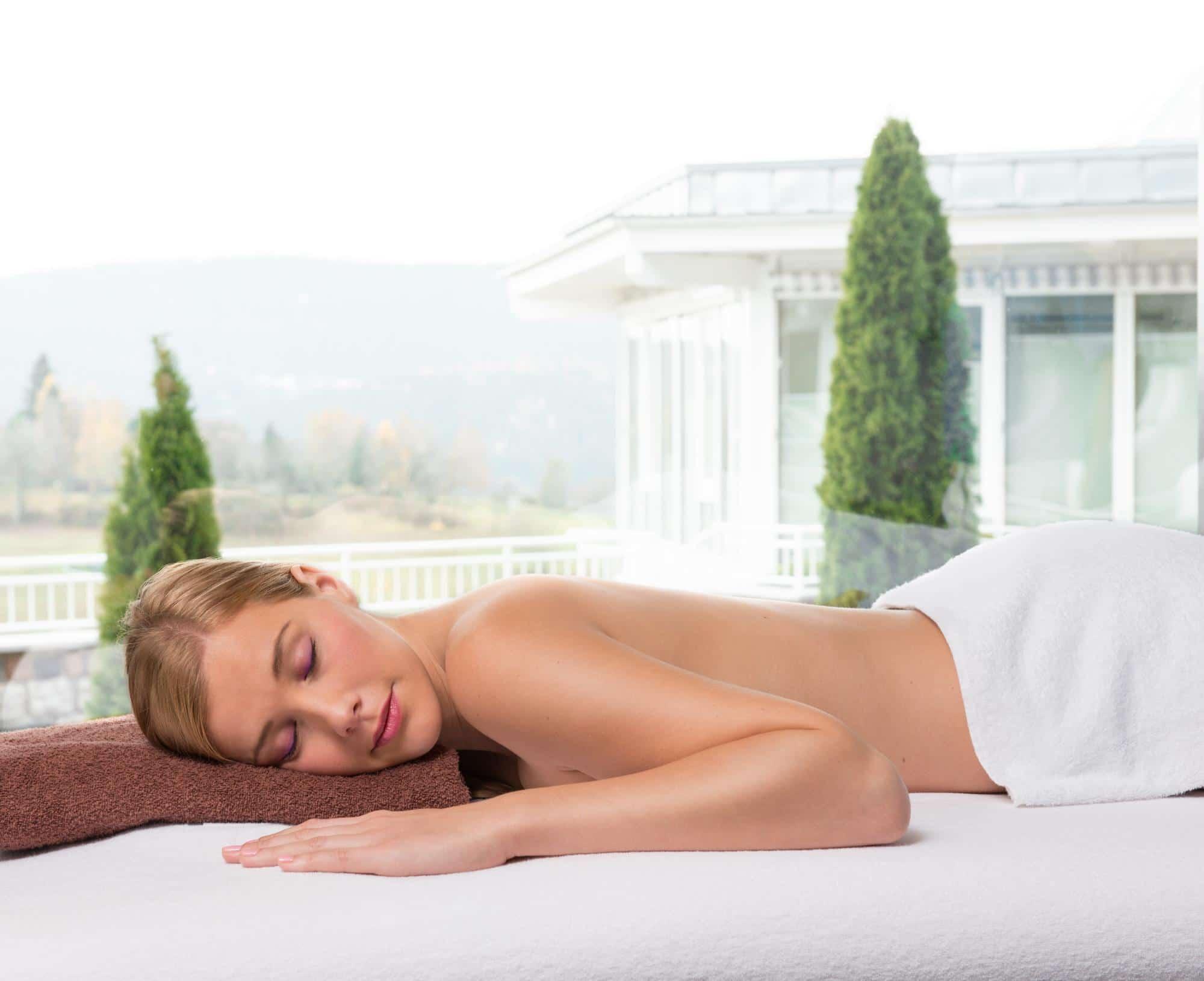 Junge Frau auf Massageliege im Vier Jahreszeiten am Schluchsee
