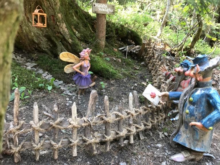 Elfe und Wichtel im Wald