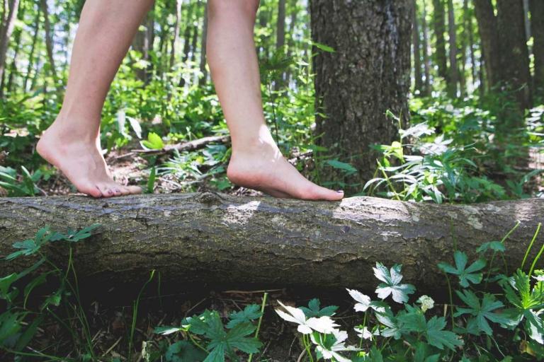 Barfuß auf einem Baumstumpf
